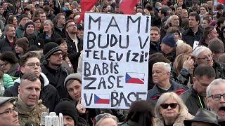 Milhares de checos exigem a demissão do primeiro-ministro
