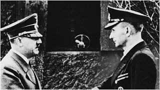 أدولف هتلر يصافح الأدميرال كارل دونيتز، قائد أسطول سفن يو الألمانية في يونيو عام 1942