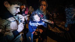 Yunanistan güvenlik güçleri, sınırda bekleyen düzensiz göçmenlere göz yaşartıcı bomba ile yoğun şekilde müdahale etti