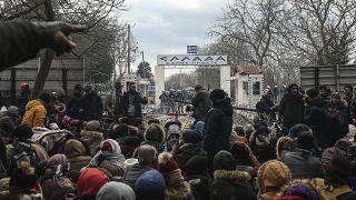 Centenas de migrantes aguardam para cruzar a fronteira turca para Evros, na Grécia