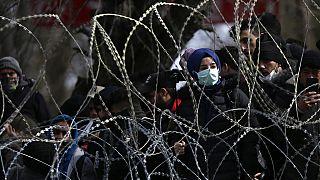 Bevándorlók a görög-török határkerítés mögött