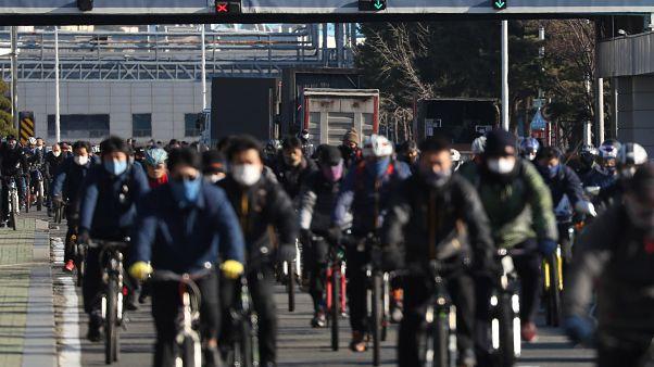 Védőmaszkot viselő munkások távoznak a Hyundai dél-koreai járműgyártó ulszani gyárából 2020. február 5-én
