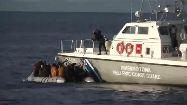 شاهد: خفر السواحل اليوناني يجبر قارب لاجئين على العودة من حيث أتى