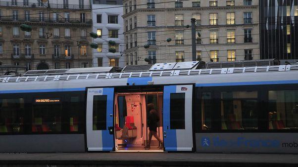 رجل في داخل وسيلة نقل عام في العاصمة الفرنسية باريس