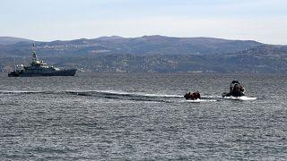 لاجئون يصلون بزورق قرب قرية سكالا سيكامينياس بجزيرة ليسبوس اليونانية ، بعد عبور بحر إيجه قادمين من تركيا ،28 فبراير 2020.