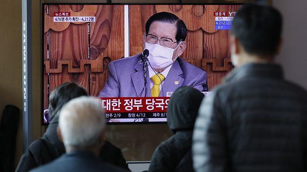لي مان-هي أثناء المؤتمر الصحفي