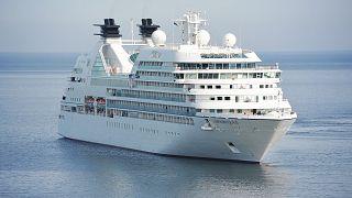 شاهد: شجار عنيف.. كورونا يصيب ركاب سفينة سياحية بالرعب