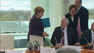 المستشارة الألمانية أنغيلا ميركل ووزير الداخلية هورست سيهوفر