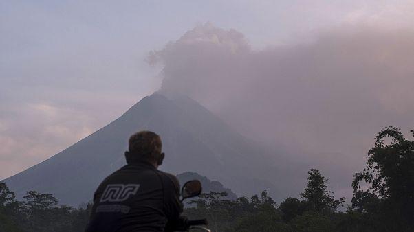 شاهد: ثوران بركان ميرابي .. أحد أكثر البراكين الـ 500 نشاطا في إندونيسيا