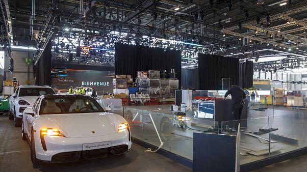 A Porsche standját bontják munkások a Genfi Nemzetközi Autószalon helyszínén.