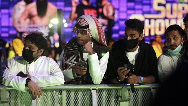 جمهور رياضة المصارعة الحرة يرتدون الكمامات خوفا من عدوى فيروس كورونا في الرياض، السعودية