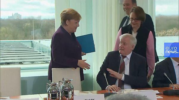 Un ministro de Merkel rechaza darle la mano por el coronavirus y el vídeo se vuelve viral