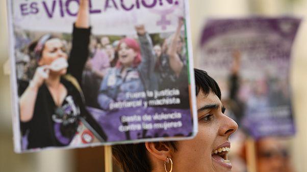 """متظاهرة ترفع لافتة كتب عليها """"هذا اغتصاب وليس تحرش"""" تنديداً بقرار المحكمة العام الماضي"""