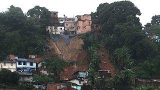 Tempestade provoca pelo menos 16 mortos no litoral de São Paulo