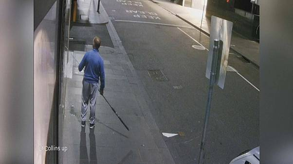شاهد: لص يستخدم صنارة صيد لسرقة عقد ذهبي بقيمة 700 دولار في أستراليا