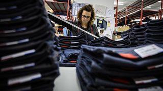Une employée de l'entreprise Jeans 1083, une fabrique de jeans en coton bio 'made in France' à Romans-sur-Isère, le 17 décembre 2018