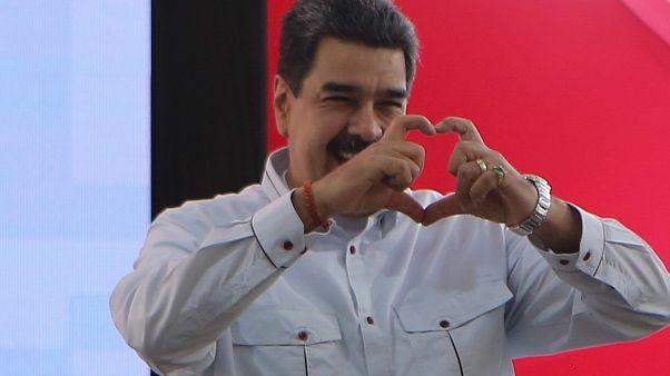 Maduro a támogatóival találkozik egy kormánypárti megmozduláson Caracasban 2019. december 3-án.