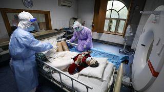 Çin'de Covid-19 bulaşan bir hasta tedavi ediliyor