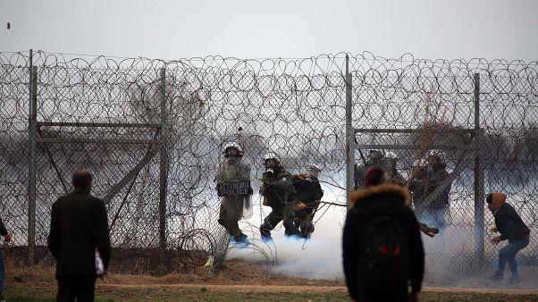 A török oldalról könnygázzal lövik a görög rendőröket