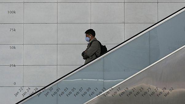 رجل يرتدي كمامة خوفا من التقاط عدوى فيروس كورونا في سيول، كوريا الجنوبية مارس - آذار 2020