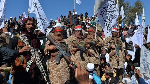 Un gurppo di talebani nella provincia di Laghman celebra l'accordo di pace con gli Stati Uniti (2 marzo)