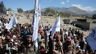 Талибы празднуют подписание договора с США.