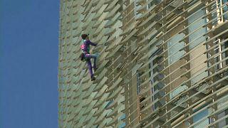 الرجل العنكبوت الفرنسي يتسلق برجاً في برشلونة، 4 مارس 2020