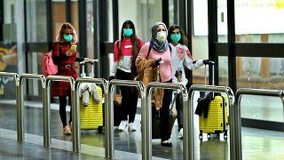 Coronavirus : des passagères dans l'aéroport de Bagdad portent des masques