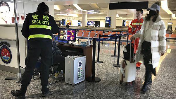 Проверка в аэропорту в Ухани