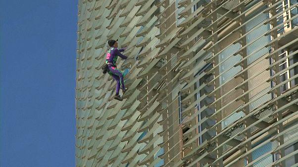 Gegen die Angst: Spiderman klettert auf Torre Glòries
