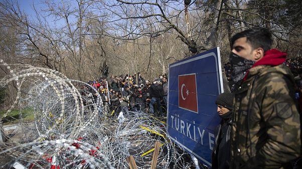 Avrupa'ya geçmek isteyen binlerce düzensiz göçmen Edirne Pazarkule Sınır Kapısı önünde bekliyor.