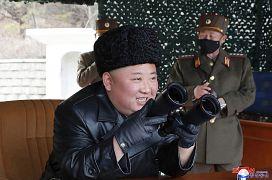 Kim Jong-un assiste au tir d'un projectile entouré de soldats portant des masques médicaux noirs - photo de l'Agence de presse d'Etat