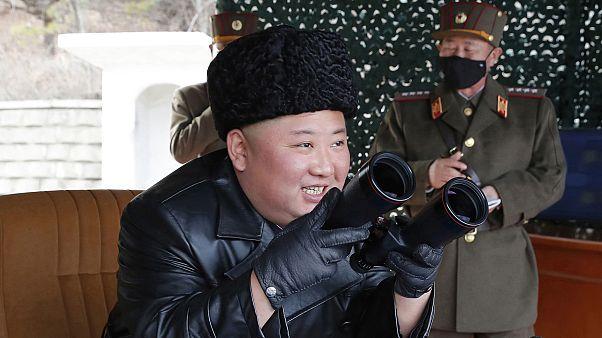 الزعيم الكوري الشمالي كيم جونغ أون يتفقد تدريبات عسكرية. 2020/03/02