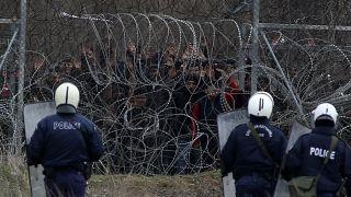 Griechische Polizisten sichern Grenze in Kastanies.