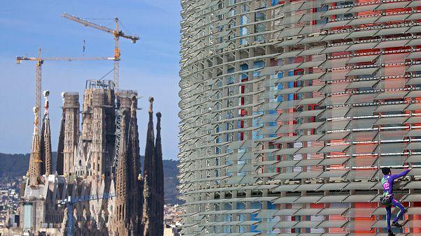 """""""Homem-aranha"""" escala arranha-céus em Barcelona"""