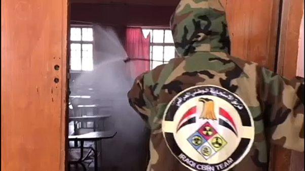 """شاهد: القوات العراقية ترش مدارس في الديوانية بمواد مطهرة  للوقاية من """"كورونا"""""""