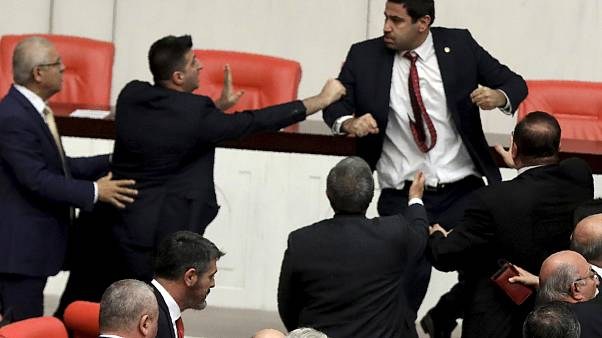 أعضاء في البرلمان التركي يتعاركون على خلفية التدخل التركي العسكري في شمال سوريا، 4 مارس 2020