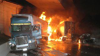 شاهد: شرطيان ينقذان سائق شاحنة قبل انفجارها بلحظات