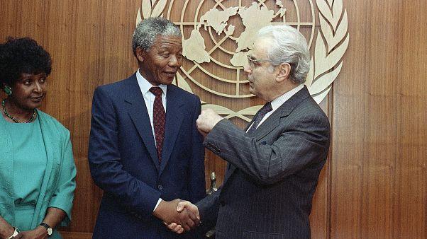 El exsecretario general de la ONU Javier Pérez de Cuéllar saluda a Nelson Mandela (Nueva York, 1990)