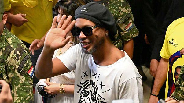 Barcelona'nın eski yıldızı Ronaldinho Paraguay'da göz hapsine alındı