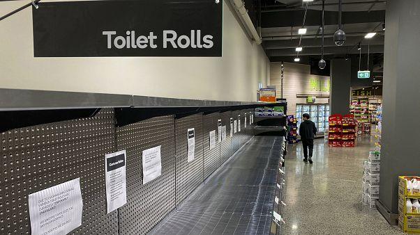 Des rayons de papier toilette entièrement vides dans un supermarché de Melbourne, Australie, le 5 mars 2020