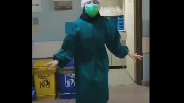 Iran, medici e infermiere ballano per tenere alto il morale contro il coronavirus