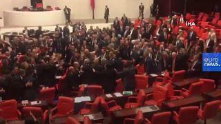 VÍDEO: Pelea en el Parlamento turco por la participación militar en Siria