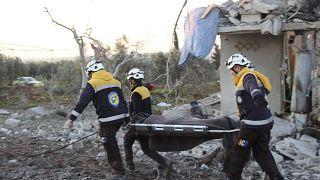 عناصر الانقاذ من القبعات البيضاء تتدخل في ادلب بعيد غارات جوية
