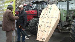 Gespräch zweier Teilnehmer einer Bauernkundgebung in München.