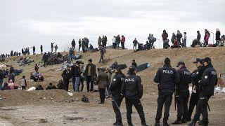 Турецкая полиция и группа мигрантов вблизи греческой границы
