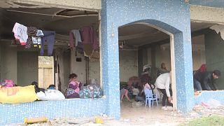 شاهد: مهاجرون يجدون ملجأ مؤقتاً في مبنى مهجور بالقرب من الحدود اليونانية التركية