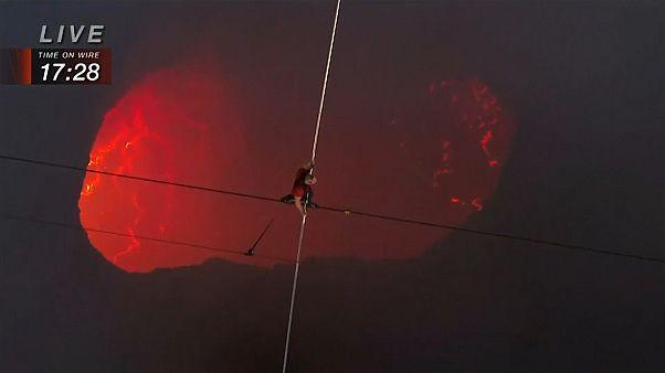 Проход по канату над кратером действующего вулкана
