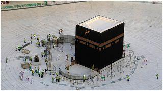 شاهد: في حدث نادر صحن الكعبة بلا مصلين ومعتمرين بعد قرار السلطات السعودية إغلاقه