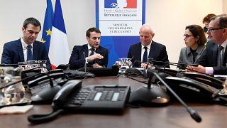 Emmanuel Macron, président français, entouré du ministre de la santé Olivier Veran et du directeur général de la santé Jérôme Salomon lors d'une réunion sur le coronavirus, le